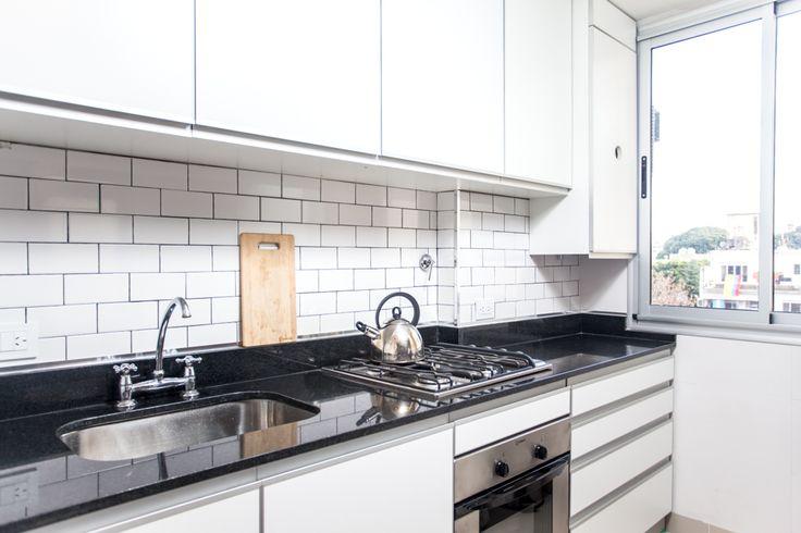 Cocina de muebles blancos mesadas de granito negro for Mesadas de cocina pequenas