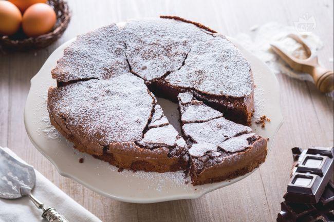 La torta tenerina è una specialità al cioccolato della città di Ferrara: sormontata da una croccante crosticina e con un cuore tenerissimo e umido.