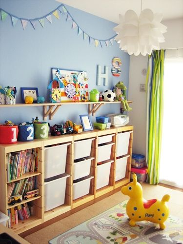子供部屋は夫婦で模様替えしました。壁紙は、ストックホルムの子供部屋を参考に、一面だけパステルブルーに貼り換えました。