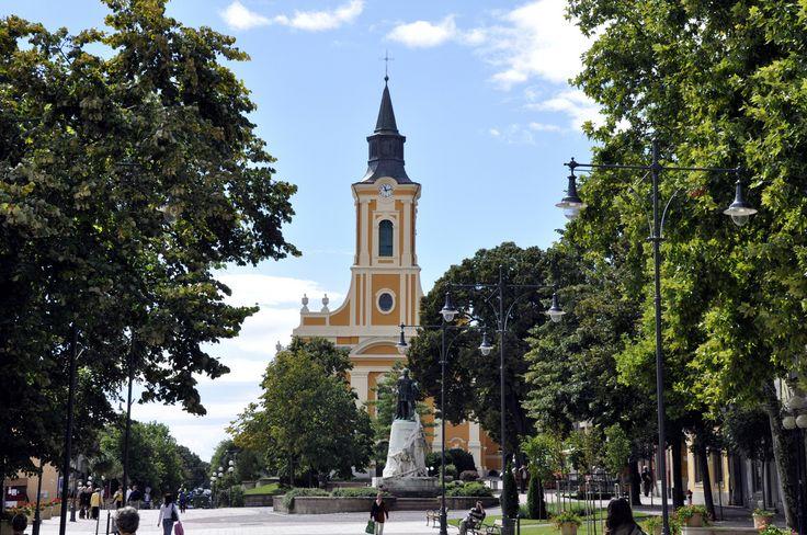 Sátoraljaújhely, Nagytemplom,előtérben: Kossuth Lajos szobra