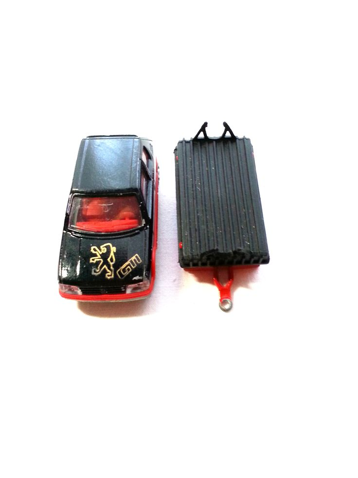 Sammler-Auto Peugeot 205 GTI mit Hänger aus den 70zigern - Heckscheibe fehlt, sonst guter Zustand. Art.-Nr.: RSP1002  Da es sich nicht um neue Ware (Antiquitäten) handelt, gibt es das Produkt in der Regel nur als Einzelstück. Beachten Sie ggf. andere Hinweise auch mehrteilige Sets in der Beschreibung.
