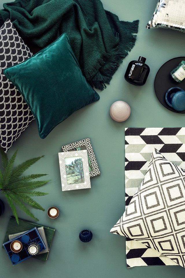 Bring the freshness of green to your home. Add graphic black-and-white accents and brass decorations for a modern look. | H&M Home