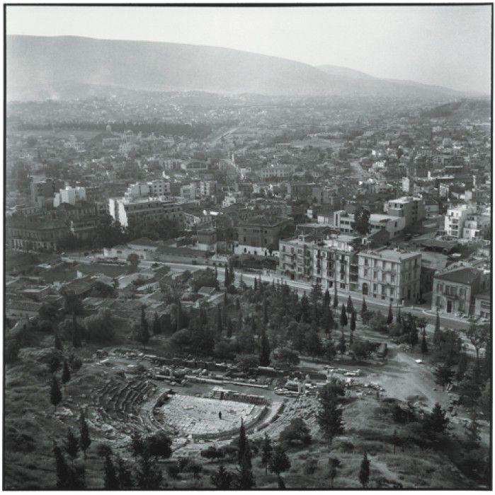 ΑΘΗΝΑ 1954. Το Θέατρο του Διονύσου και από μακριά ο Υμηττός. Πηγή: www.lifo.gr