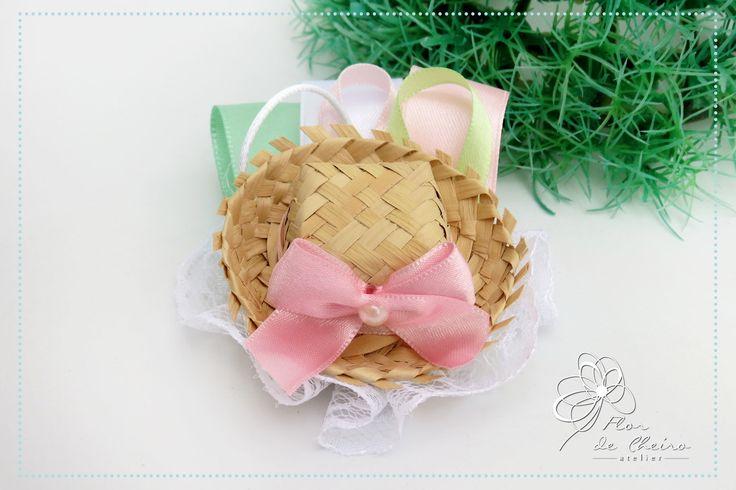 Bico de pato feito com renda e aplicação de um mini chapéu de palha e fitas de cetim    Podemos personalizar de acordo com as cores do vestido.    Medida: 8cm    * PREÇO UNITÁRIO *