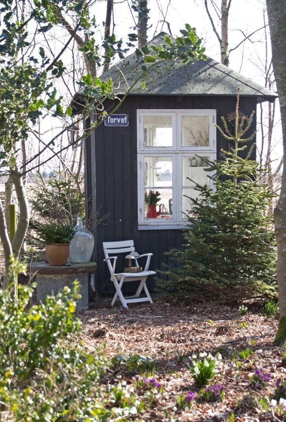 Kom med indenfor i et hjem, hvor hus og gæstehus er indrettet med masser af antikviteter og genbrugs- og loppefund i den skønneste countrystil.