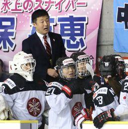 約3千人の観客が見守る中、アイスホッケー女子日本代表「スマイルジャパン」が激戦を勝ち抜いた。12日に終了した平昌冬季五輪最終予選。全勝で五輪出場を決めた後、山中武司監督(46)は「ありがとうしかない。大観衆の中で指揮を執らせてもらえるの...