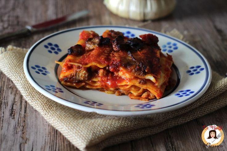 Ricetta delle LASAGNE CON MELANZANE E SALSICCIA. Un primo piatto facile perfetto per la Domenica o le Feste. Cremose e gustose anche senza besciamella.