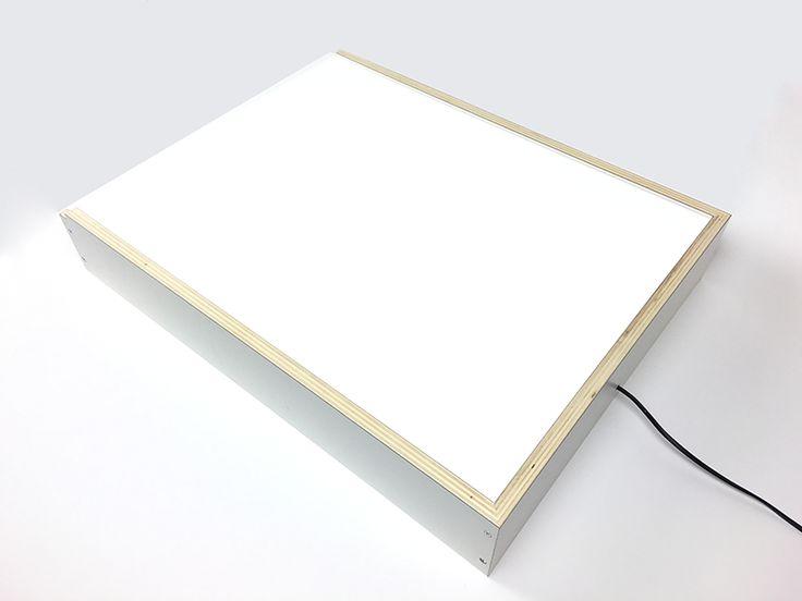 Hoewel de creatieve en technische industrie volledig gedigitaliseerd is, is de goede oude lichtbak niet weg te denken uit ontwerpstudio's en tekenkamers. De lichtbak lijkt zelfs bezig aan een opmars, en niet op de plaats waar je het zo snel zou verwachten: namelijk in de interieurstyling. Het maken van een lichtbak is niet moeilijk, en …
