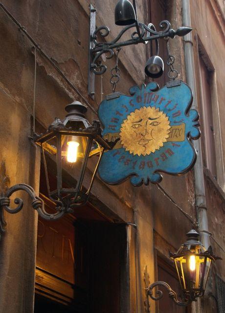 ヴェネツィアを歩いていると、右にも左にも可愛らしい看板がたくさん。<br />とくにレストランやホテルの看板はそれぞれ相当のこだわりが感じられる。<br />その懲りように思わず目を見張るようなものもあって、レストランを探しているときでなくても、思わず目がいってしまう。<br />ウィンドウショッピングも楽しいけれど、看板や窓を見て歩くのも意外に楽しい!<br /><br /><br />→旅の模様の詳細はイラスト旅日記「おさるはとっても旅が好き♪」(http://www.geocities.co.jp/SilkRoad/2700/)へどうぞ