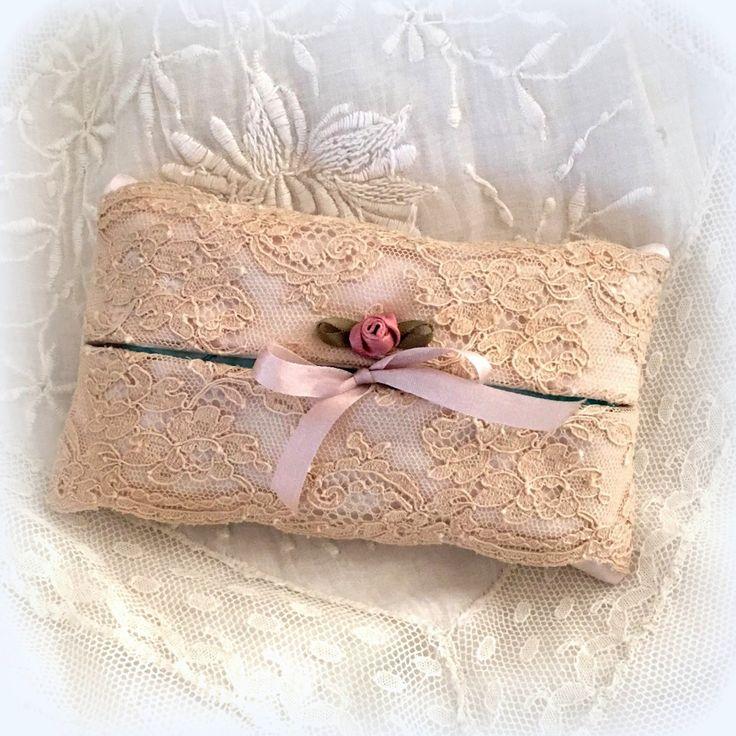 Etui à mouchoirs en soie style haute couture, dentelle ancienne beige : Textiles et tapis par lolitarose