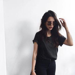 Camiseta preta & jeans preto, a combinação perfeita.   11 ideias do que vestir se você está com preguiça e ama camiseta