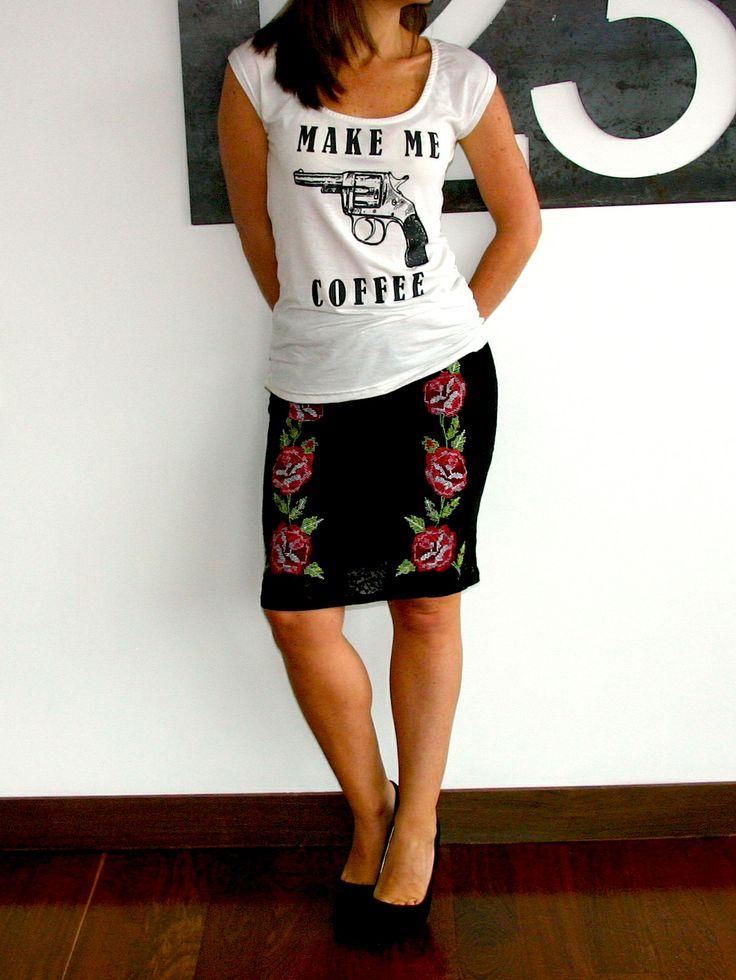 Camiseta MAKE ME COFFEE. Tshirt, top, blouse, outfit, white, black text, pistol, gun, vintage, fancy, skirt, roses, cool.  @R T  29.000