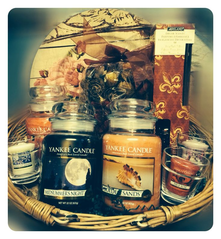 Set the mood! With this ambience enhancing Yankee Candle basket! Everything you need to make your place warm and inviting!