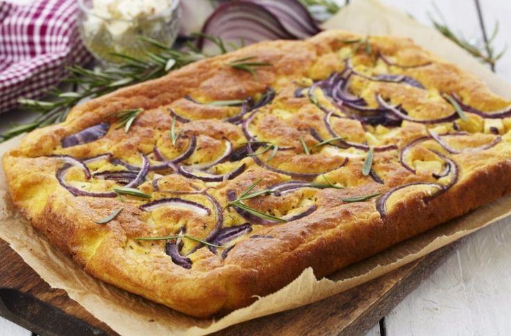 Glutenfri og lavkarbo focaccia toppet med rødløk, olivenolje, ost og havsalt, eller hva du selv har lyst på