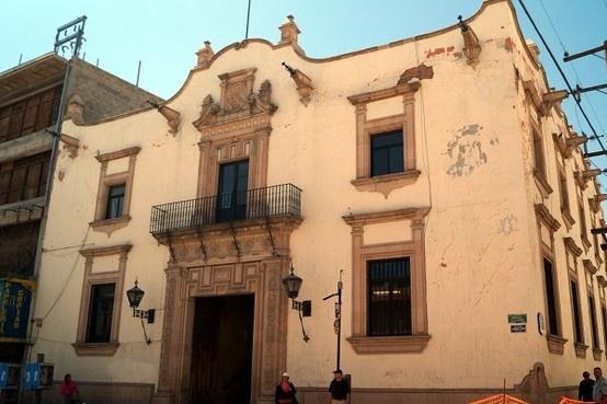 Les compartimos esta imagen del edificio de Servicio Postal en Lerdo e Ignacio de la Peña. Lo construyeron en 1946.