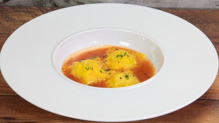 Ricetta Ravioli alla spigola: Un primo piatto veramente elegante: un raviolo ripieno di spigola servito in una bisque di gamberi. Un primo piatto a metà tra l'asciutto e la versione in brodo.
