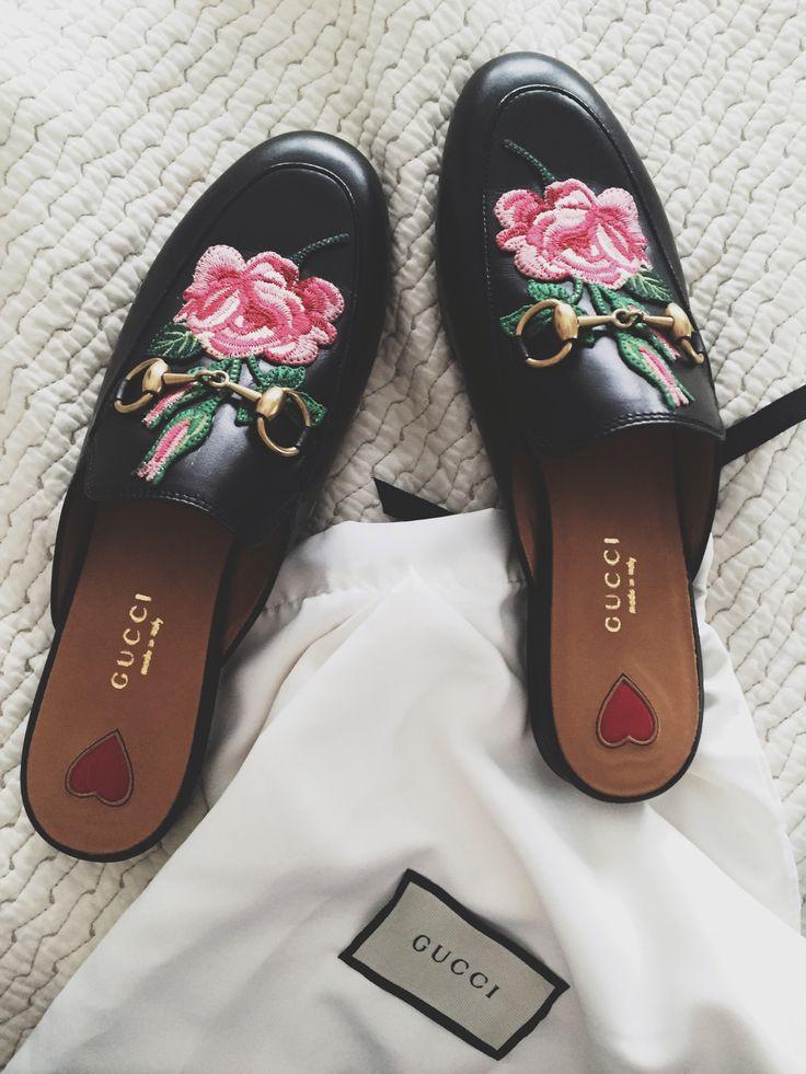 zapatos mules con adornos rosales