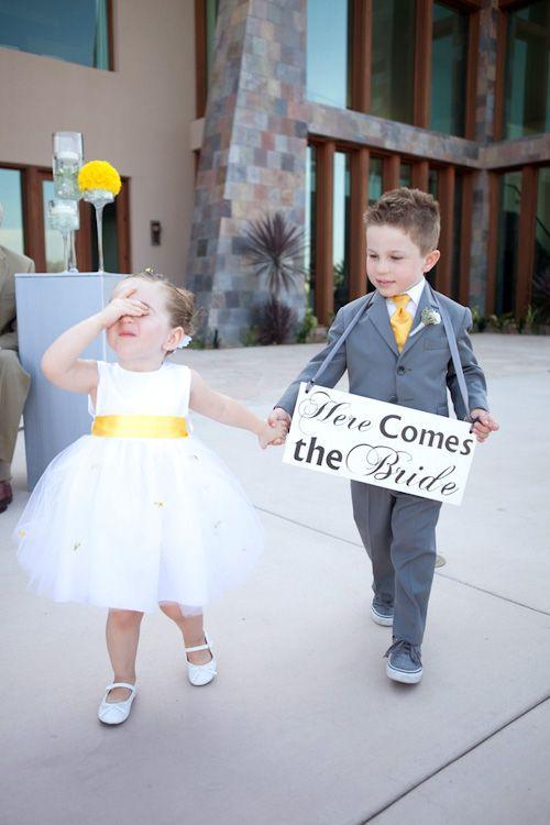 Bruidsmeisje en bruidsjonker in wit met grijs en gele kleding
