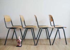 Set van 10 industriële retro schoolstoelen. Stoere hout/metalen vintage stoelen