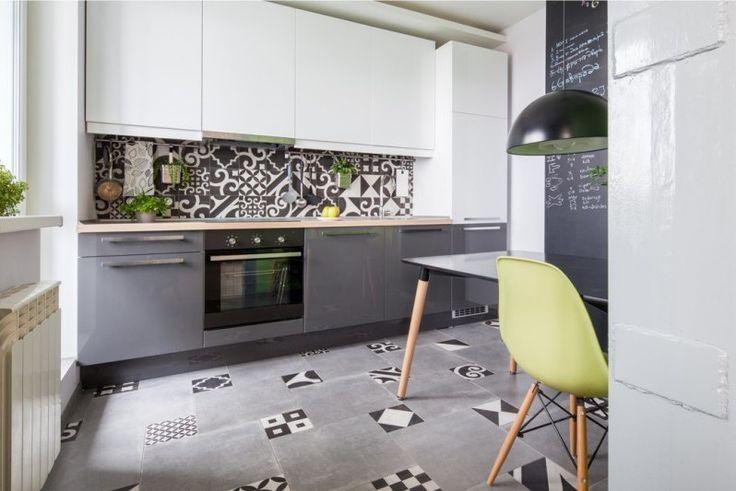 Серый пол из плитки в интерьере кухни