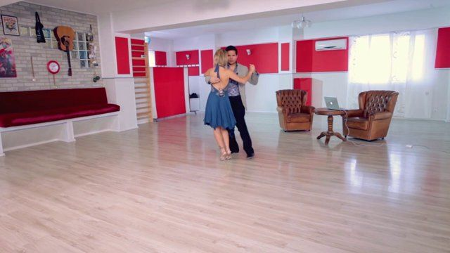Argentine tango - Double times & front sacada for the follower. Watch the entire lesson on www.tangomeet.com.