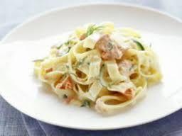 Op de camping is het genieten van het hoofdgerecht pasta met zalm, dat een geweldige combinatie biedt met de roomsaus.