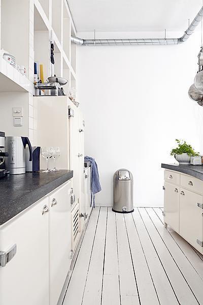 In deze industriële witte keuken zijn veel materialen gecombineerd. Photo by Jansje Klazinga JKF®