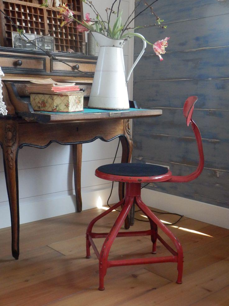Te koop. Dit leuke Franse industriële bureaustoeltje. Rood metaal met een beetje roest, maar heel goede staat. Draaibaar en verstelbaar in hoogte. Ideaal als bureaustoel. 35 euro.