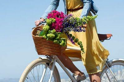 Pretty colours and flowers: Spring Flower, Yellow Dresses, Bike Riding, Bright Color, Flower Baskets, Farmers Marketing, Fresh Flower, Bike Baskets, Yellow Flower