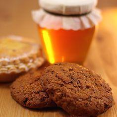 Για επιδόρπιο, σνακ, πρωινό, τα λαχταριστά μπισκότα με μέλι φτιάχνονται με Βιολογικό βούτυρο Χωριό.