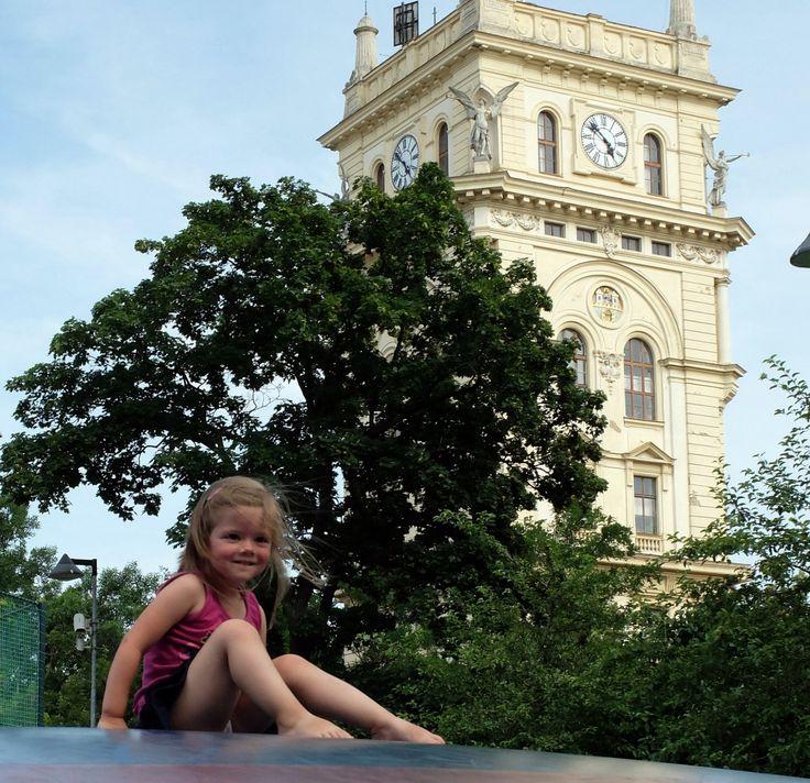 Trampoline au pied du château d'eau de Vinohrady