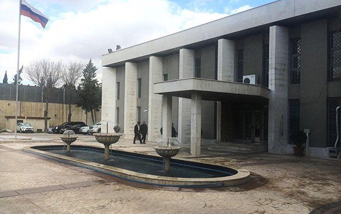 Die russische Botschaft in Syrien ist am Montag mit Granaten beschossen worden. Verletzt wurde niemand, wie das Außenministerium am Dienstag mitteilte.