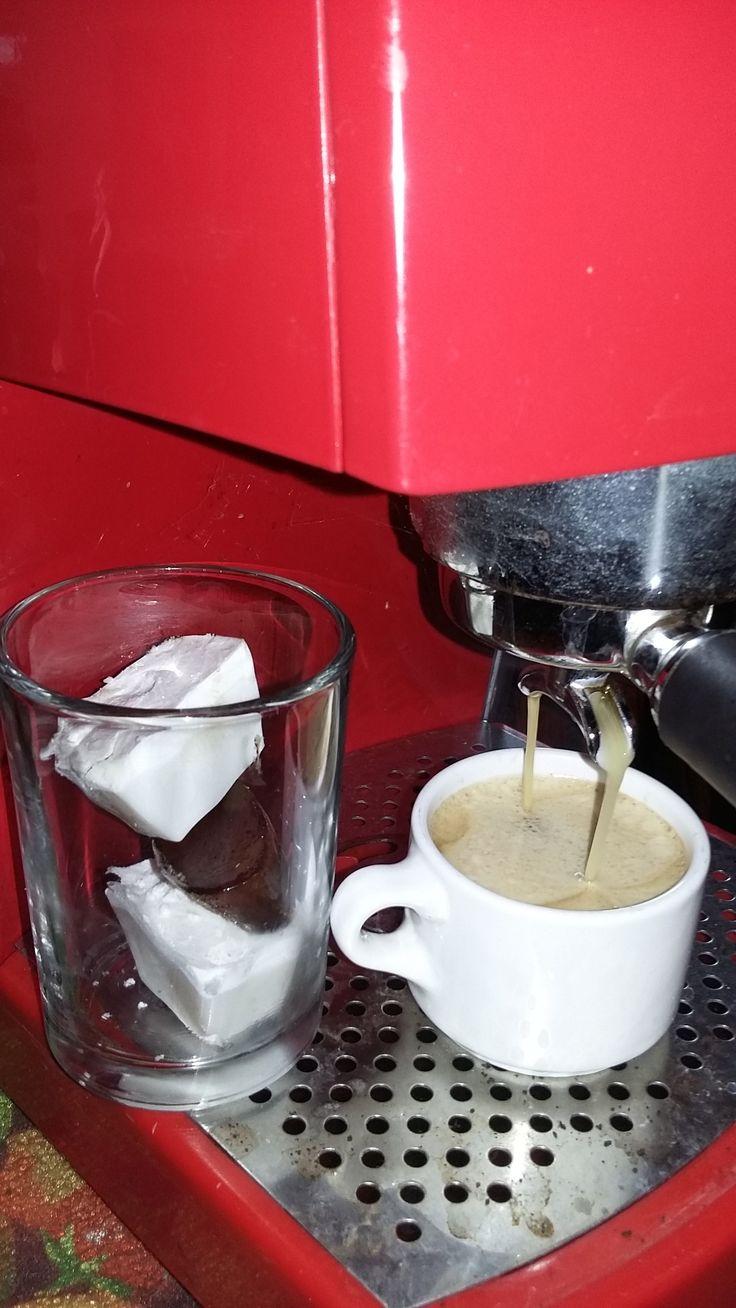 Qué tal un café La FLOR de Suchitlán, caliente o frío con unos cubos de leche de coco... Ya está, a partir de las 9 pm en QuisQueya eco-arte-café. ¡Nos encanta!