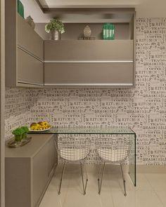 """""""Bommm diaaa!!! Que todos tenhamos um dia regado de amor e alegria!! ❤️❤️ Cozinha com cantinho para refeições, papel de parede temático completou a…"""""""