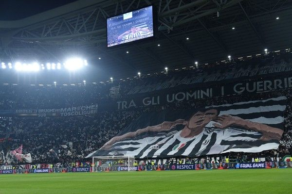 Juventus fans deploy a giant banner depicting Juventus' forward from Croatia Mario Mandzukic during the UEFA Champions League Group D football match Juventus Barcelona on November 22, 2017 at the Juventus stadium in Turin. / AFP PHOTO / Filippo MONTEFORTE