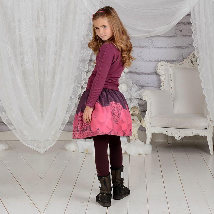Тази страхотна блуза от плетиво ще бъде истинско бижу в гардероба на вашето дете. Всяко момиченце ще успее да разчупи стила си и да възхити всички около себе си.Полата е изработена от висококачествена материя с интересен дизайн с уникален принт създаден от JUNONA Kids специално за Вашето дете.