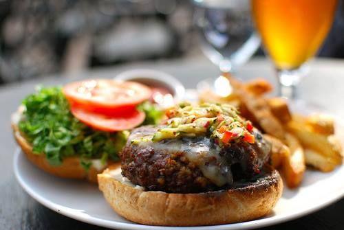 "Lunch time και ... ""σπιτικό"" λαχταριστό burger στο Loukoumi Bar !"
