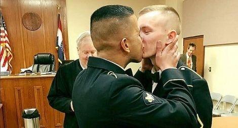 """Ein schwuler Kuss als Sensation: Seit fünf Jahren erlaubt das US-Militär offen homosexuelle Soldaten - dennoch sorgt die Hochzeit von zwei schwulen Armeeangehörigen im Netz für weltweiten... (via/mehr: <a href=""""http://www.queer.de/bild-des-tages.php?einzel=1420"""">Queer.de</a>)"""