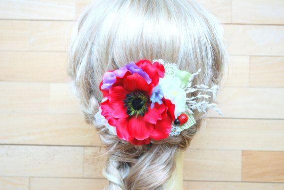 Schöne rote Mohnblume auf einem Kamm. Ideal für Land-Hochzeiten. Blumen-Ornament ist ca. 5 Zoll. (13 cm) lang, 4 Zoll (10 cm) breit.  Wenn Sie die Blumen auf eine Brosche haben möchten, lassen Sie mich bitte wissen.  *********************************************************************************** Bitte besuchen Sie meine anderen Shop mit handgefertigten Hochzeiten Zubehör: http://www.etsy.com/shop/HansHolzkopf  Danke
