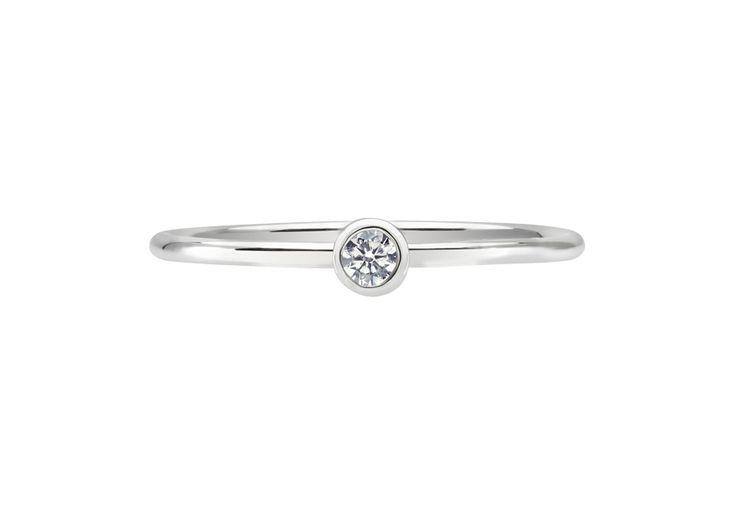 Gemme emblématique d'OR DU MONDE, le diamant éthique est serti clos sur un fil rond lumineux s'enroulant délicatement autour du doigt.  Mise en beauté par une monture fine et délicate, la plus précieuse des pierres scintille intensément pour captiver les regards. Le solitaire Essentiel - S est réalisé à la main à Paris et garanti à vie, promesse d'une qualité hors-norme et d...
