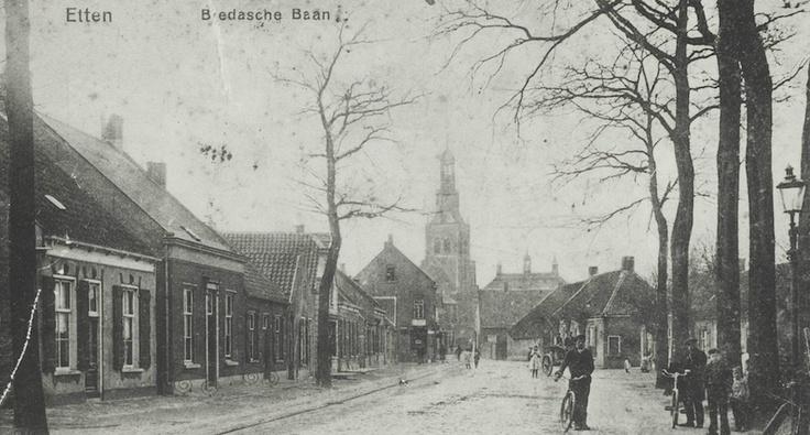 1915 - Oude Bredaseweg in Etten-Leur (toen nog de Bredasche Baan in Etten) met de kerktoren, het gemeentehuis en natuurlijk De Winkel van Van Ierssel in beeld...