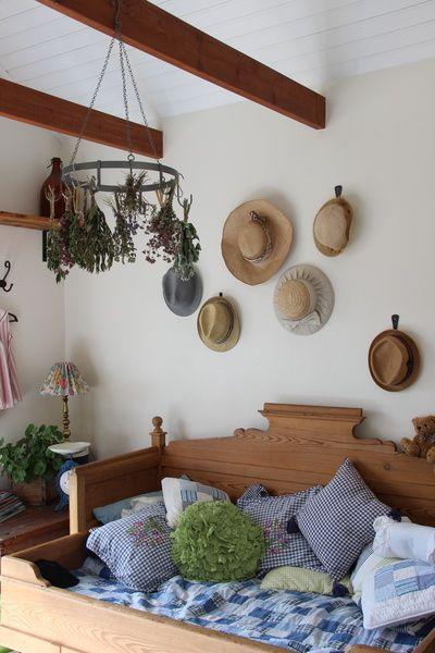 laveri,sohva,kesähattu,hatut,seinäkoriste