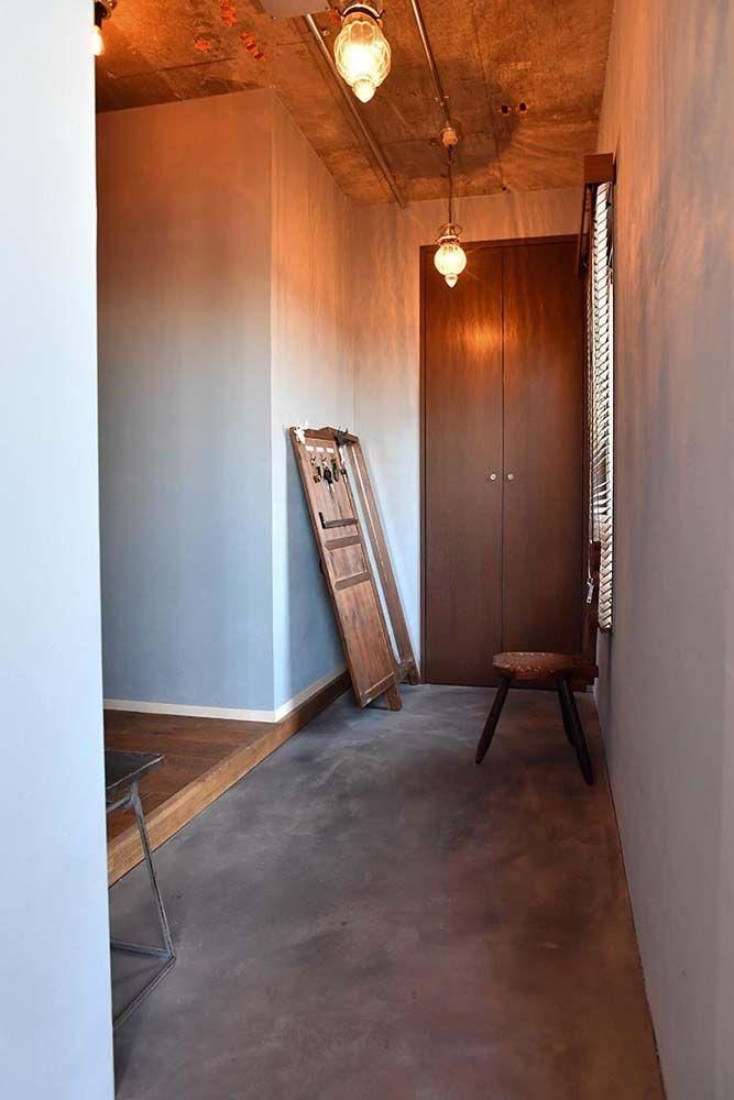 玄関ドアを開けると 縦に長い土間スペースが 以前は玄関が狭く 廊下