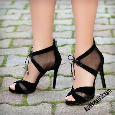 Tüllü ayakkabılar ayakta seksi ve alımlı bir duruş yaratıyor. siyah topuklu ayakkabı, siyah süet topuklu ayakkabı, topuklu ayakkabı modelleri, şık topuklu ayakkabı, tüllü ayakkabılar, tüllü ayakkabı modelleri, tüllü abiye ayakkabı, şık topuklu ayakkabı