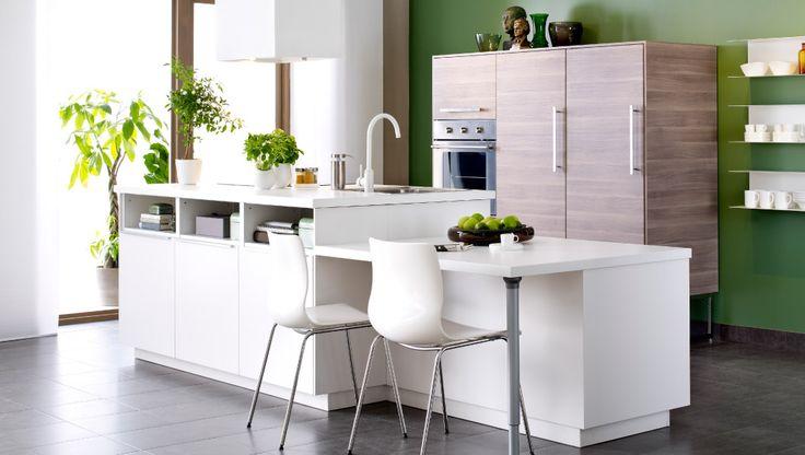 Moderne, weiße METOD Küche mit Kücheninsel mit VEDDINGE Fronten in Weiß und BROKHULT Fronten Nussbaumnachbildung hellgrau und ERLAND Stühlen weiß/verchromt