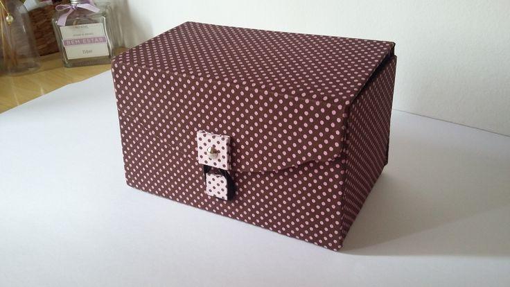 Caixa em cartonagem com tecido poá marrom e rosa forrada com tecido poá rosa e marrom 100% algodão.  Bem espaçosa, com divisórias dentro.  Você escolhe a sua utilidade, não vai faltar imaginação.  E.mail: kauemalu@hotmail.com Site: http://www.kauemalu.com.br/ Altura: 11.50 cm Largura: 20.50 cm Comprimento: 12.50 cm Peso: 12 g