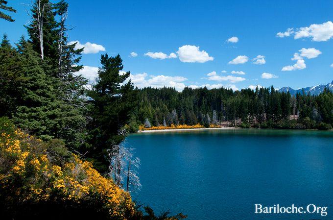 """Hermoso Martes en Bariloche! La temperatura actual es de 14°, el cielo esta despejado y el lago """"planchado""""...  ¿Qué es lo más te gusta de viajar a Bariloche? Contanos!"""