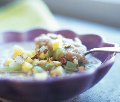 Detta recept p� morgongr�t �r en smakrikare och saftigare variant av den klassiska havregrynsgr�ten. Gr�tens sp�nnande smak kommer ifr�n russin och t�rnat �pple. Servera morgongr�ten med mj�lk, honung och vindruvor.