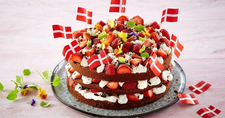 Fødselsdagskage er noget helt specielt - her forklædt som chokoladekage med blød vaniljecreme og friske jordbær.