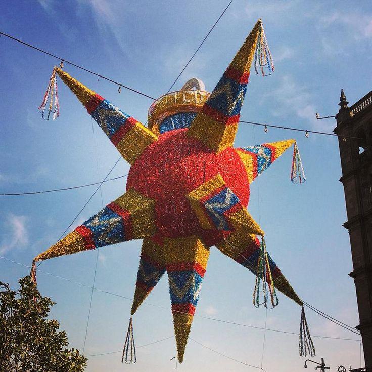 """Marco Polonarró en """"Los viajes de Marco Polo"""" que las piñatas son originarias deChina y se utilizaban para las celebraciones de año nuevo. Posteriormente el conocido viajero llevó esta tradición aItalia. De allí pasaron aEspaña y por ende a México donde se hizo muy popular. Existe evidencia de que los aztecas realizaban una festividad similar para celebrar al dios Huitzilopochtli. . . . . . . . . #cdmx #piñata #tradición #sky #blue #downtown #orgullomexicano #instamood #instagood…"""